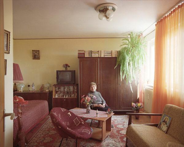 © Bogdan Girbovan: 10/1. Etajul 9, apartamentul 47, doamna Bita, pensionara, locuieste acolo din 1967 si este singura din 1996. Proprietate personala.