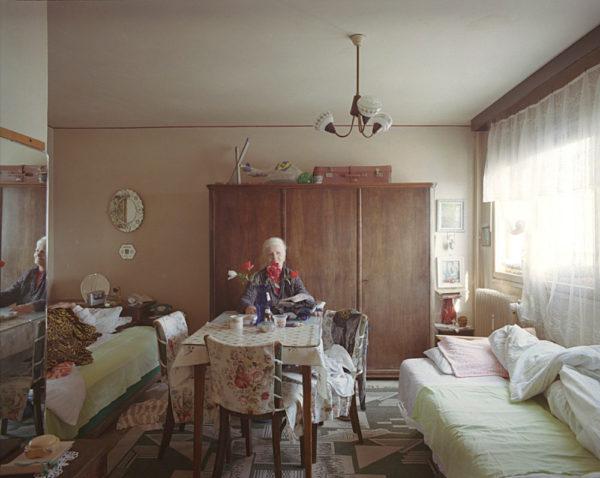 © Bogdan Girbovan: 10/1. Etajul 8 apartamentul 42, familia Ene, pensionari, locuiesc in bloc din 1967. El este imobilizat la pat de cativa ani. Proprietate personala.