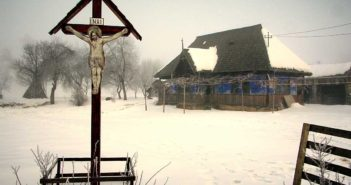 © Vasile Dorolti: Oameni si cruci