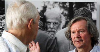 Feleki Istvan langa una dintre fotografiile lui Silviu Ghetie.