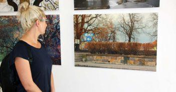 Mihaela Panainte (regizor) langa fotografiile lui Oleg Tishkovets.