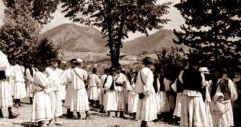 © Ionita G. Andron: La iesirea din biserica, Camarzana, 1942, Colectia Muzeului Tarii Oasului.