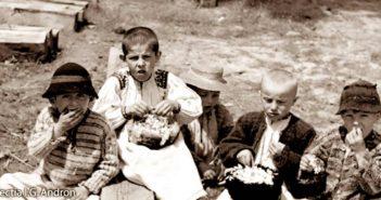© Ionita G. Andron: Copii mancand flori de salcam, Racsa, 1942, Colectia Muzeului Tarii Oasului.
