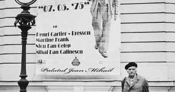 Victor Boldâr si afisul expozitiei despre vizita lui Cartier-Bresson in Oltenia