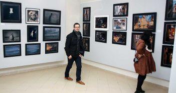 Olah Laszlo-Tibor si Cristina Venedict langa imaginile realizate de catre Anca Cernoschi (stanga) si Gabriel Balanescu (dreapta) © mondorama.ro