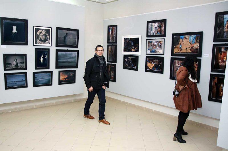 Olah Laszlo-Tibor si Cristina Venedict langa imaginile realizate de catre Anca Cernoschi si Gabriel Balanescu © mondorama.ro