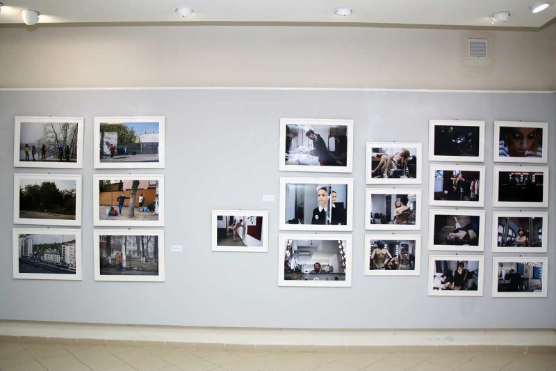 Aspect din expozitie, imagini apartinand Ioanei Moldovan (dreapta) si Petrut Calinescu (stanga) © mondorama.ro