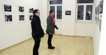 Olah Laszlo-Tibor si Gabriel Balanescu privind imaginile primului dintre ei. In spatele lor, cadre de la Negreni semnate de Hajdu Tamas © mondorama.ro©