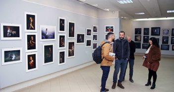 Cristian Lipovan, Sorin Vidis, Alex Venedict si Cristina Venedict in sala cu imaginile lui Liviu Cocicodar © mondorama.ro