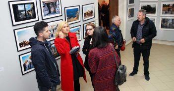 Vizitatori in sala principala de expozitie. In spatele lor, imagini de la Sorin Vidis © mondorama.ro