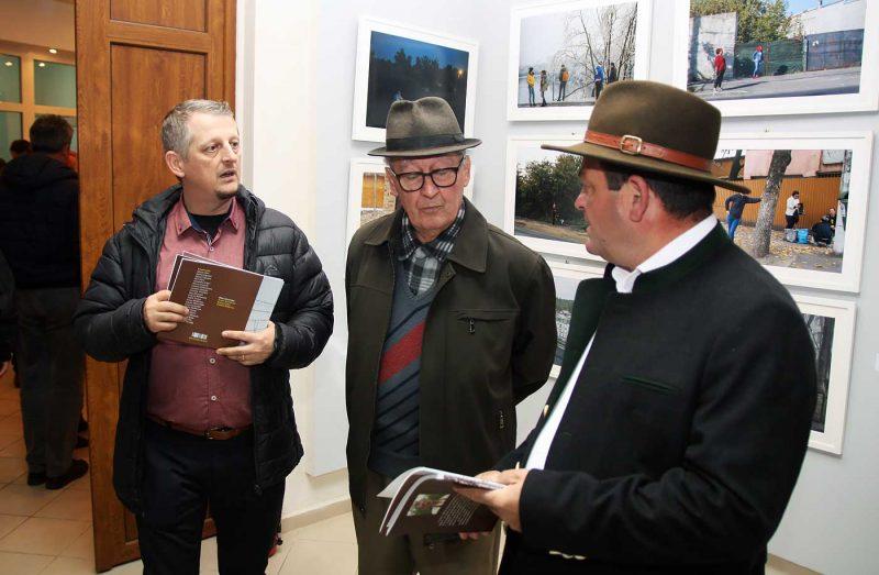 Romeo Komaromi oferind cartea sa vanatorilor alaturi de care si-a realizat proiectul © mondorama.ro