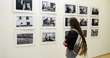 Vizitatori in expozitie langa imaginile lui Mihai Ciama © mondorama.ro