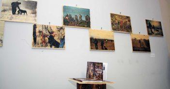 """""""Coltul"""" lui Romeo Komaromi cu cartea si imaginile din proiect imprimate pe lemn © mondorama.ro"""