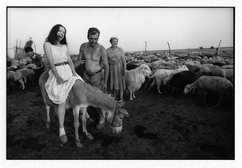 Viorica Croitoru, etnograf la Muzeul Agriculturii din Slobozia își vede visul din copilărie împlinit în timpul unei vizite la păstorii din Miloșești (Ialomița), 1990 © Jean-Jacques Moles