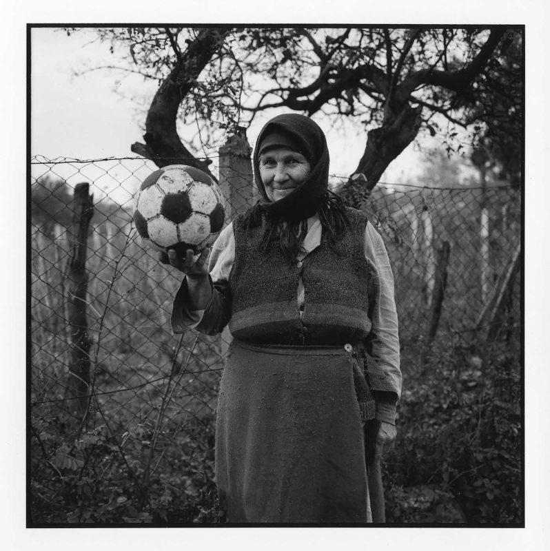 Bunică cu mingea, în stradă, Gheorghe Doja, Ialomița, 1995 © Jean-Jacques Moles