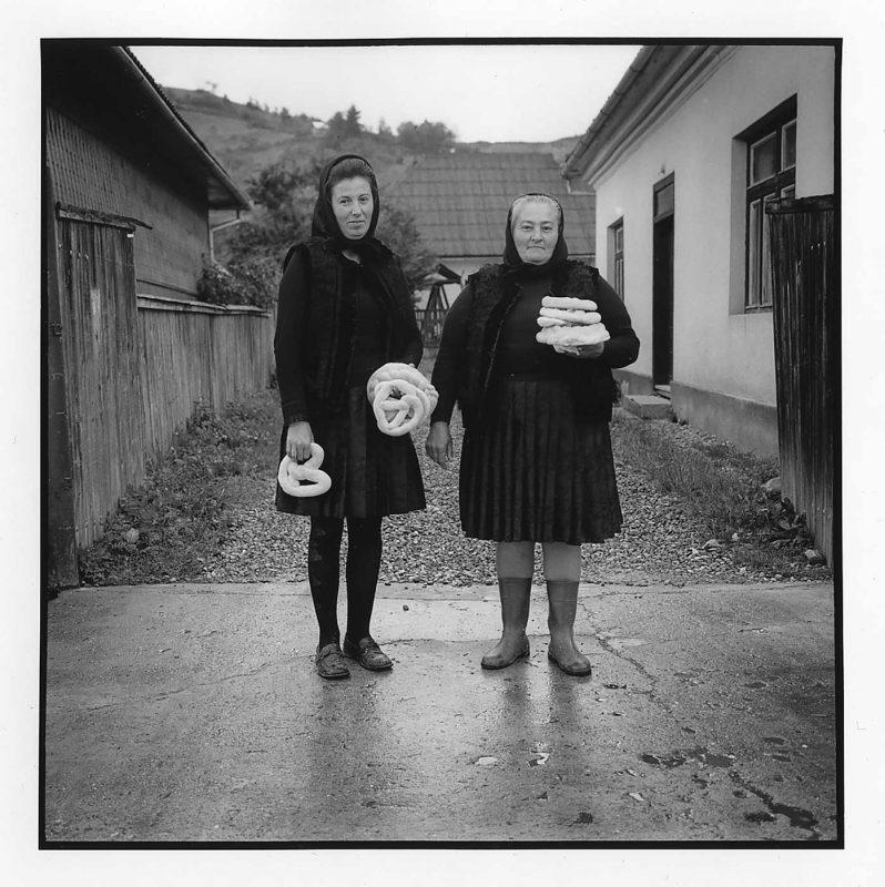 După masa înmormântării ciobanului, Maria Bendri și M Ingineru se întorc cu pâine binecuvântată, Ieud, 2005 © Jean-Jacques Moles