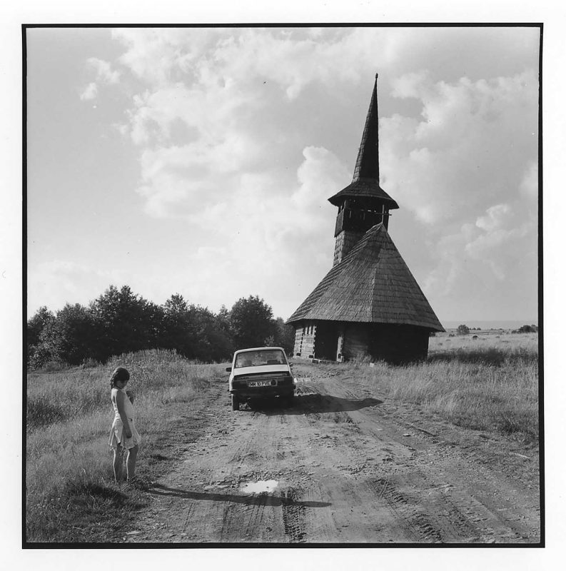 Béatrice Rus, Dacia lui Vasile și o biserică abandonată, folosită ca decor pentru filme, Budești, 2008 © Jean-Jacques Moles