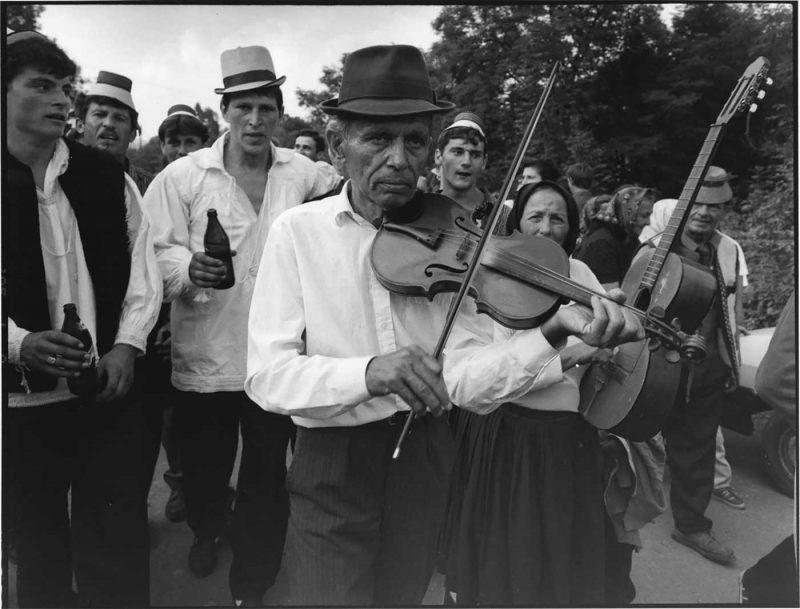 Orchestră rromă la nuntă țărănească, Văleni, 1998 © Jean-Jacques Moles
