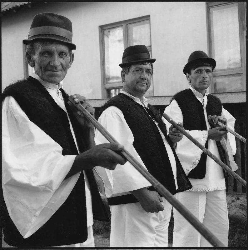 Grigore cântă la tulnic alături de vecinii săi, Botiza, 1997 © Jean-Jacques Moles