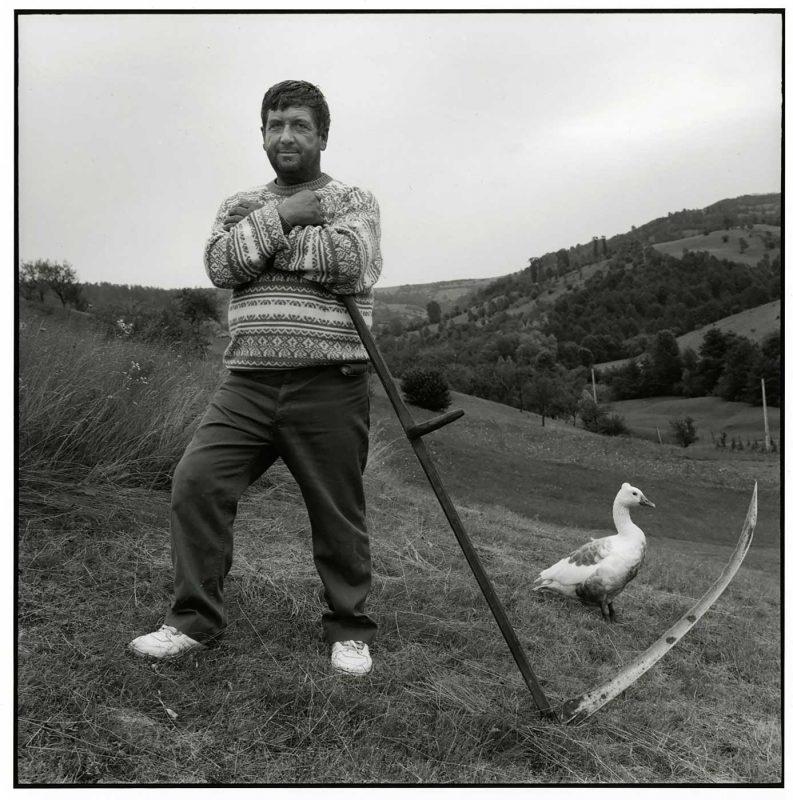 Grigore, țăran muzician, pe dealurile ierboase ale Maramureșului, Strâmtura, 1997 © Jean-Jacques Moles