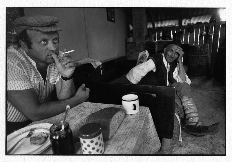 """Gavril """"Ciuclă"""" Chindriș, profesor de biologie, cu tatăl său, Ioan, țăran maramureșean, Ieud, 1991 © Jean-Jacques Moles"""