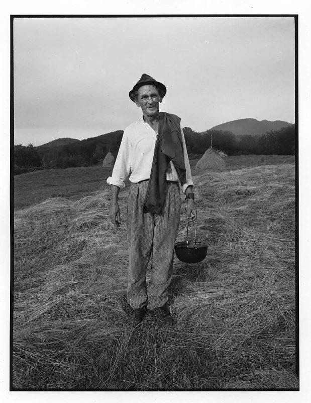 Baciu Pop, păstor, pe pajiștea cosită, Firiza, 1998 © Jean-Jacques Moles