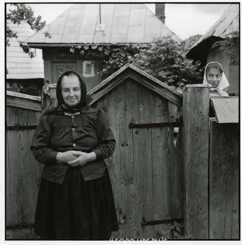 Ileana și nepoata sa, în stradă, în fața casei ei, Budești, 1998 © Jean-Jacques Moles