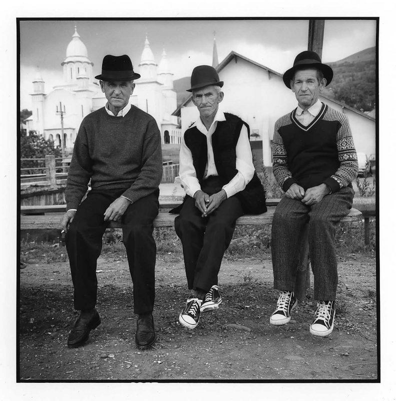 Vasile Perla, Vasile Brumar, zis Marincău, și Petru Rusuhu, zis Rus, duminică, în centrul satului, Botiza, 2000 © Jean-Jacques Moles
