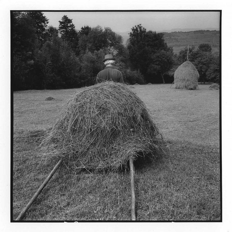 Gheorghe Berinde trage grămada de fân pentru a o pune în șură, Budești, Maramureș, 1998 © Jean-Jacques Moles