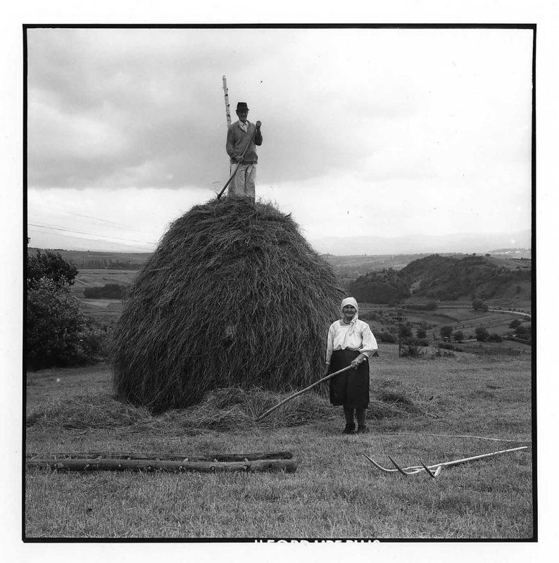 Maria și Gheorghe Ou ridicând o căpiță de fân, Văleni, 1998 © Jean-Jacques Moles
