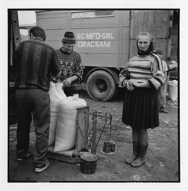 La piață, cântărirea cerealelor, Dragomirești, 2000 © Jean-Jacques Moles