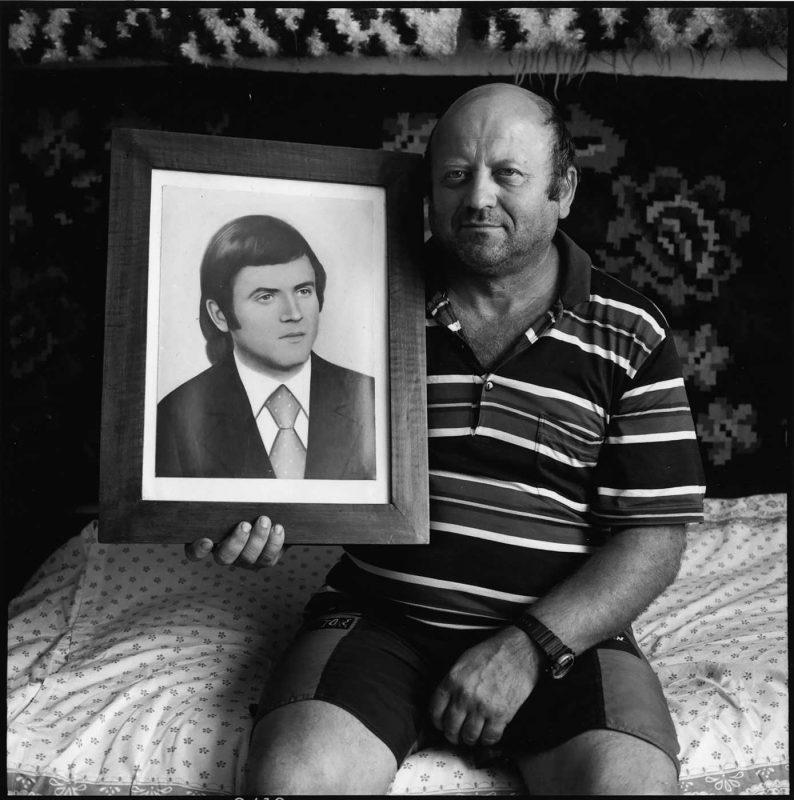 Gavril cu portretul său din tinerețe, Ieud, 2001 © Jean-Jacques Moles