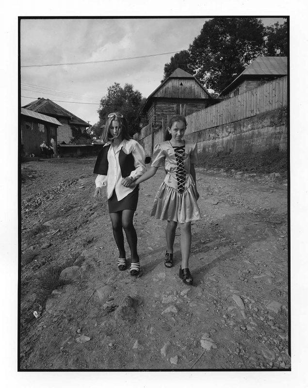Două fete în haine moderne merg la nuntă, Văleni, 1998 © Jean-Jacques Moles