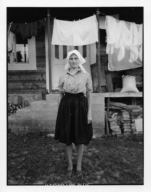 Tânără care s-a întors de pe câmp, Budești, 1998 © Jean-Jacques Moles