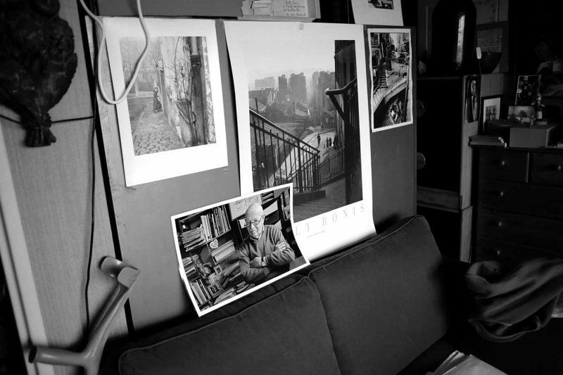 © Ana Dumitrescu. Un colt din locuinta lui Willy Ronis, cu cateva dintre imaginile sale reprezentative.