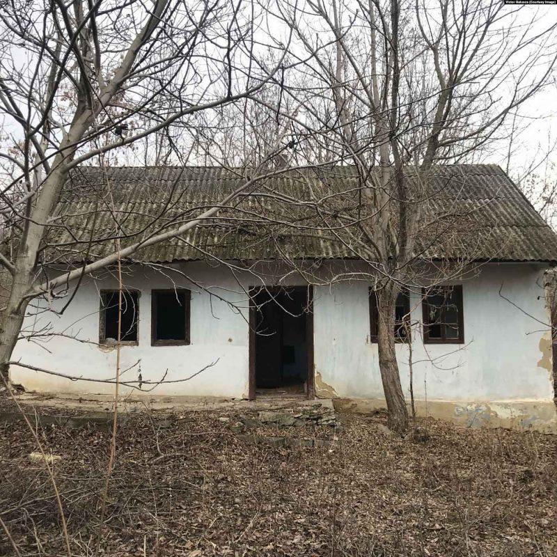 © Victor Galușca. Casa lui Zaharia Cușnir din Roșietici, Republica Moldova, unde au fost descoperite negativele.
