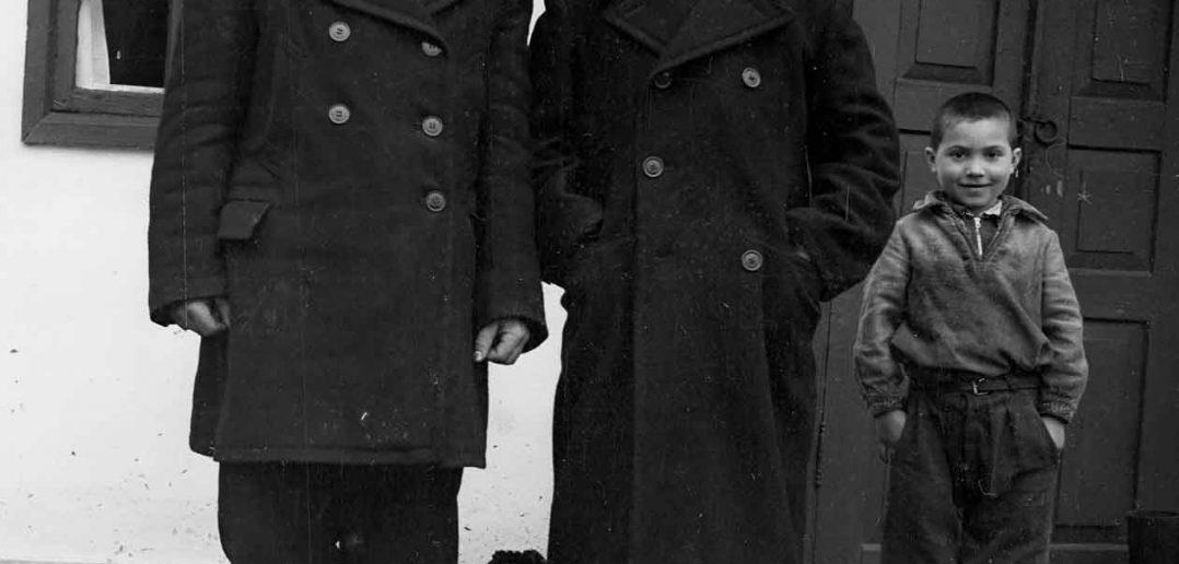 © Zaharia Cușnir. În centru stă Zaharia Cușnir, în stânga sa unul dintre copiii săi, iar în dreapta sa, viitorul ginere.