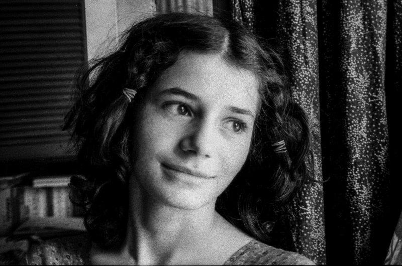 © Alfredo Padrón. Mirela Vasilescu, sora cea mică a Dorei, pe care poetul o va înfia cu acte în regulă imediat după căsătoria cu Dora (iulie, 1982)