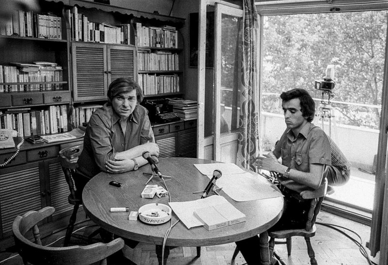 © Alfredo Padrón. Patrel Berceanu își pregătește ordinea întrebărilor pentru interviul cu marele poet, înainte să înceapă filmarea.
