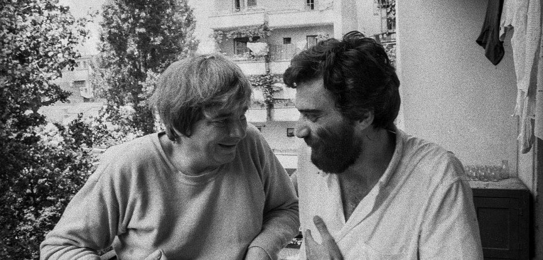 """© Alfredo Padrón. Nichita Stanescu stă de vorbă cu """"Brana"""", așa cum îi plăcea să-l cheme pe Guzina Branislav."""