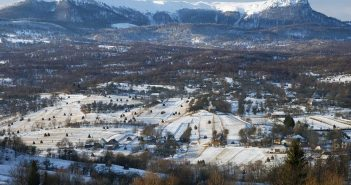 © Dan Dinescu, Breb, 2008. În fundal, Creasta Cocoșului din Munții Gutâi.
