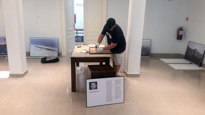 Altă masă de lucru, chiar în sala de expoziție. © mondorama