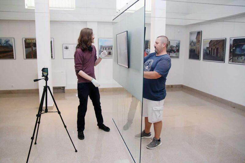 Simezele s-au luat cu un aparat laser. În imagine: David Indig, muzeograf, și Cosmin Durgheu. © mondorama