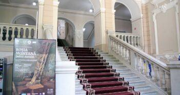 Afișul expoziției la intrarea principală în muzeu. © mondorama