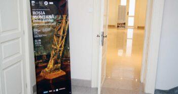 Afișul expoziției la dimensiuni mari înainte de intrarea în sală. © mondorama