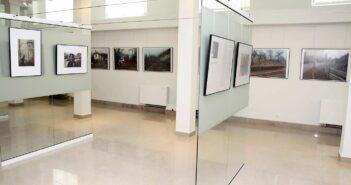 Aspect din expoziție: imagini de la Silviu Gheție (pe panourile de sticlă) și Oleg Tishkovets (Ucraina). © mondorama