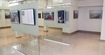 Aspect din expoziție: imagini de la Petruț Călinescu (panouri sticlă). © mondorama