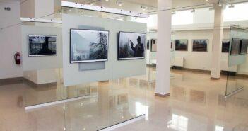 Aspect din expoziție: imagini de la Petruț Călinescu și Oleg Tishkovets, în spate. © mondorama