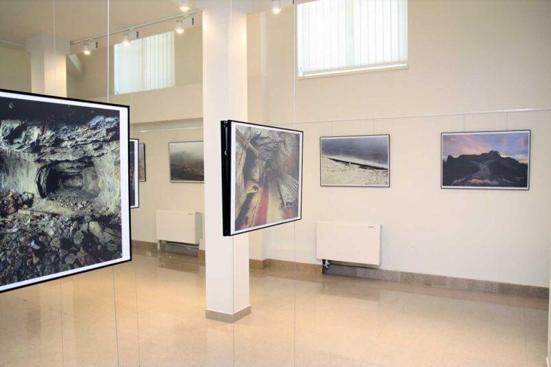 Aspect din expoziție: imagini de la Ivan Rous (ghidaje de sârmă) și Gicu Șerban (perete). © mondorama