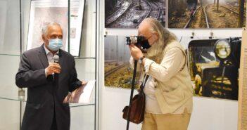 Vernisaj. Dorel Găină, critic de artă, fotografiindu-l pe Aurel Chiriac, directorul Muzeului Țării Crișurilor. © Alexandru Szabo
